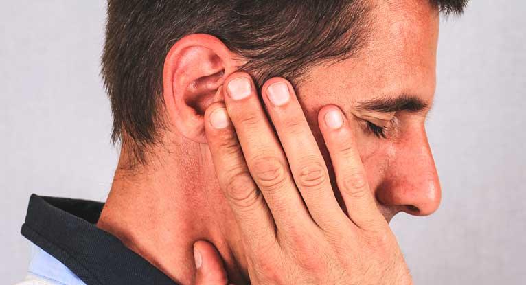 Правосторонняя боль в ухе (причины, симптомы и лечение)