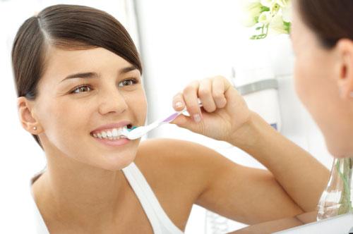 Опасность и риски чистки зубов сразу после еды.