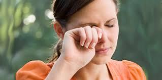 Как правильно избавиться от пыли в ваших глазах
