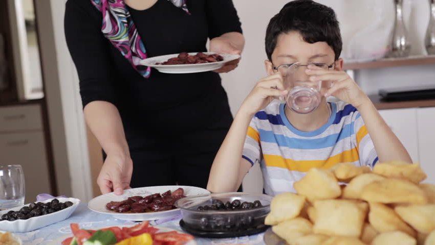 Стоит ли пить воду во время еды? Вот ответ!