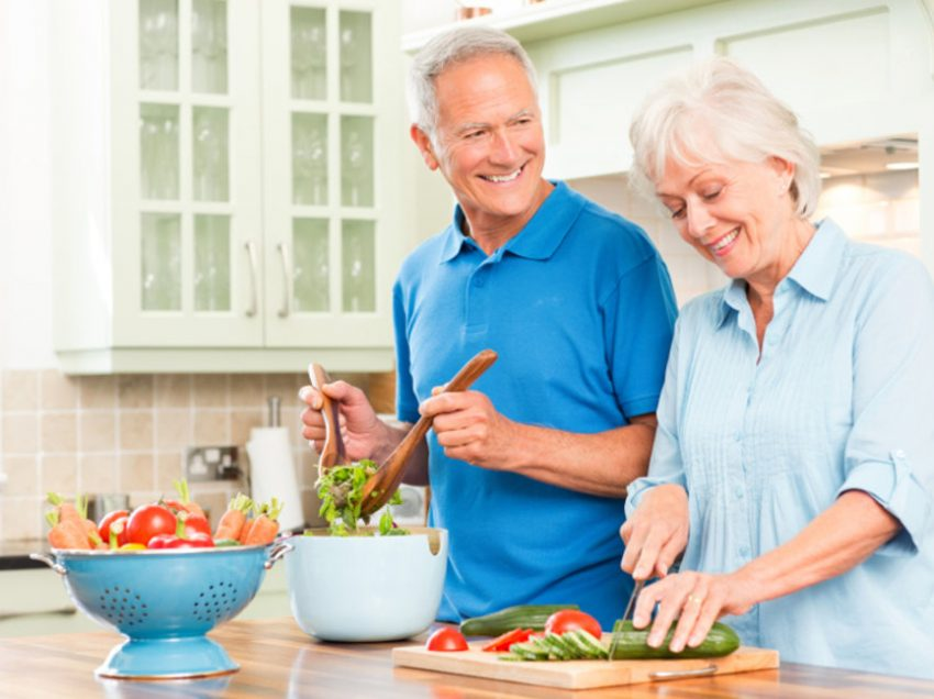 Польза от добавления масла и уксуса в салат для пожилых людей