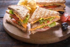 sandwich dengan ham dan salad