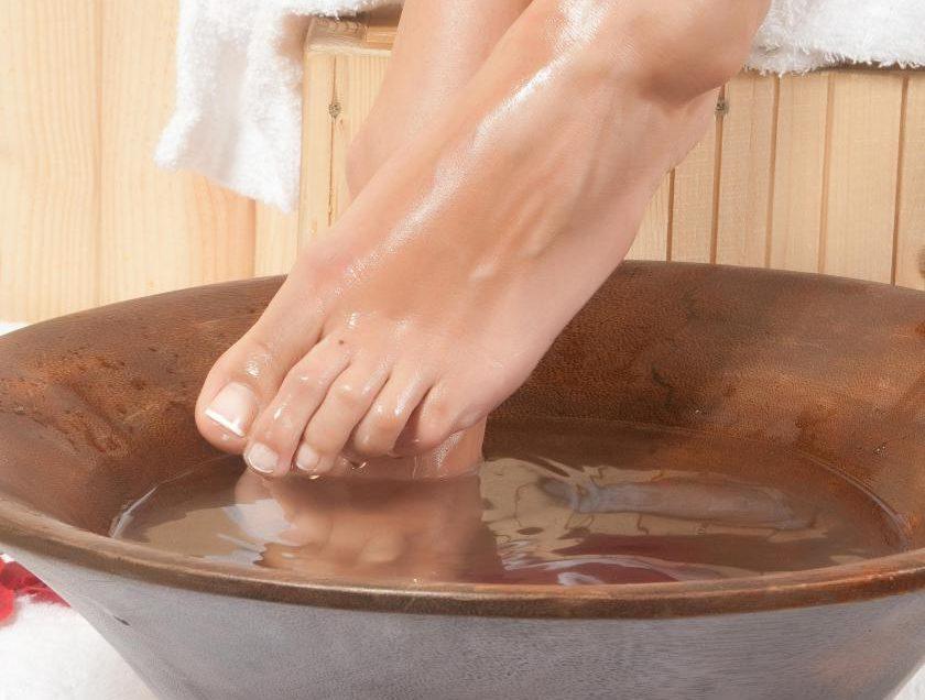 Ванночка для ног из теплой соленой воды оказывает полезное действие на здоровье!